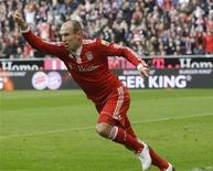 <p>Robben comemora gol durante partida do campeonato alemão. O Bayern de Munique chegou ao topo da tabela de classificação do Campeonato Alemão graças a um gol a 12 minutos do fim de Arjen Robben, que selou a vitória por 3 x 2 contra o Werder Bremen.24/10/2009.REUTERS/Michael Dalder</p>