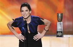 <p>Sandra Bullock bends to speak into a short microphone as she presents a lifetime achievement award to Betty White at the 16th annual Screen Actors Guild Awards in Los Angeles January 23, 2010. REUTERS/Mike Blake</p>