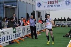 <p>Thomas Dold, campione mondiale 2009 di Skyrunning, taglia per primo il traguardo della quarta edizione della Vertical Sprint. REUTERS/Hand out/Regione Lombardia</p>
