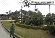 <p>Texas Instruments a fait état de résultats supérieurs aux prévisions des analystes au quatrième trimestre, avec un bénéfice par action de 52 cents et un chiffre d'affaires de trois milliards de dollars. /Photo d'archives/REUTERS</p>