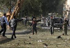 <p>Полиция на месте взрыва начиненного взрывчаткой автомобиля в центре Багдада 25 января 2010 года. Как минимум 17 человек погибли в результате взрыва начиненного взрывчаткой автомобиля с экстремистом-смертником за рулем в Багдаде у здания МВД Ирака, 80 человек получили ранения. REUTERS/Saad Shalash</p>