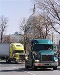 <p>Сотни грузовиков проехало по Вашингтону в рамках протеста против повышающихся цен на бензин 22 февраля 2000 года. Правительство США во вторник запретило водителям грузовиков и автобусов писать текстовые сообщения за рулем, чтобы снизить количество аварий, происходящих из-за невнимательности.</p>