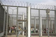 <p>Женщины проходят мимо охраны для того, чтобы посетить заключенных одной из тюрем Лимы. 19 декабря 2009 года. Многие станы мира, включая Россию, Соединенные Штаты, Алжир, Китай, Египет и Судан, в течение последних девяти лет продолжали нарушать права человека, похищая и удерживая в тайных тюрьмах оппозиционеров и подозреваемых в экстремисткой деятельности, говорится в опубликованном во вторник докладе Организации Объединенных Наций. REUTERS/Mariana Bazo</p>