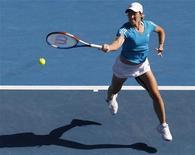 <p>28 gennaio 2010. La belga Justine Henin durante la partita che l'ha vista trionfare contro Zheng Jie, permettendole di arrivare alla finale degli Australian Open. REUTERS/David Gray</p>