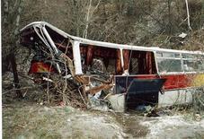 <p>Разбитый автобус лежит в канаве. Город Алушта, Крым. 18 декабря 2003 года. Пассажирский автобус столкнулся с поездом на железнодорожном переезде в Рязанской области, в результате чего погибли шесть человек и еще семеро пострадали, сообщили российские агентства. REUTERS/Str CVI</p>