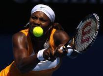 <p>Serena Williams dos EUA rebate jogada da chinesa Li Na na disputa das semifinais do Aberto da Austrália em Melbourne. Serena Williams e Justine Henin venceram suas rivais chinesas na quinta-feira e agora farão uma memorável final do campeonato, entre a atual e uma ex-número 1 do mundo. REUTERS/Mick Tsikas 28/01/2010</p>