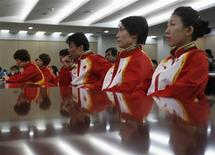 <p>Китайские спортсмены, которые примут участие на зимних Олимпийских играх в Ванкувере, ждут начала пресс-конференции, Пекин 28 января 2010 года.Несмотря на более чем скромные шансы на лидерство в зимних видах спорта Китай пошлет на Олимпийские игры- 2010 в Ванкувере самую большую делегацию из 91 спортсмена. REUTERS/China Daily</p>