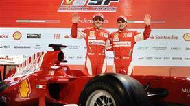 <p>Os pilotos Felipe Massa, do Brasil, e Fernando Alonso, da Espanha, posam junto ao novo carro da Ferrari em Maranello, Itália, 28 de Janeiro de 2010. A Ferrari apresentou na quinta-feira seu F10 para a nova temporada da Fórmula 1, confiante em que o carro, radicalmente redesenhado, será muito mais competitivo que a versão do ano passado. REUTERS/Wrooom/Divulgação</p>