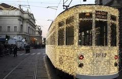 <p>Un tram illuminato in transito vicino alla Scala di Milano REUTERS/Stefano Rellandini</p>