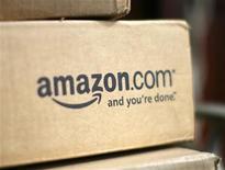 <p>Foto de archivo de un paquete de la tienda minorista de internet Amazon.com en su tienda en Colorado, EEUU, jul 23 2008. La minorista por internet Amazon.com Inc superó las previsiones de ganancias de Wall Street, en el trimestre de las fiestas de fin de año, y proyectó ingresos más fuertes de los esperados para el inicio del 2010. REUTERS/Rick Wilking</p>