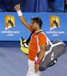 <p>Испанец Рафаэль Надаль показывает большой палец болельщикам после матча против британца Энди Мюррея в четвертьфинале открытого чемпионата Австралии в Мельбурне 26 января 2010 года. Испанец Рафаэль Надаль, вынужденный из-за травмы колена покинуть открытый чемпионат Австралии по теннису, надеется вылечиться за неделю. REUTERS/Vivek Prakash</p>