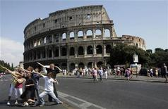 <p>A group of young people pose in front of the Coliseum of Rome, Italy, August 16, 2009. REUTERS/Hazir Reka</p>