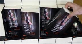 """<p>Foto de archivo de un persona con el libro de Stieg Larsson """"The Girl Who Kicked the Hornets' Nest"""", en una librería de Madrid,, jun 18 2009. Antiguos colegas del autor de éxito sueco Stieg Larsson han causado furor en Suecia al cuestionar su talento como escritor y exponer en público sus dudas sobre si escribió sus libros en solitario. REUTERS/Susana Vera</p>"""