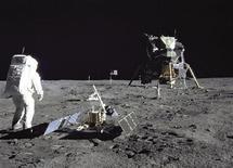 <p>Imagen de archivo del astronauta y piloto del Módulo Lunar Buzz Aldrin durante la actividad extravehicular de la misión del Apollo 11 en la Luna en julio de 1969. El estado de California registró el viernes una colección de 106 objetos dejados por los astronautas del Apollo 11 en la Luna como patrimonio histórico. REUTERS/NASA/Handout/Files</p>