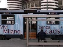 <p>Un uomo al di fuori dello stadio Meazza, Milano. REUTERS/SR/GB</p>