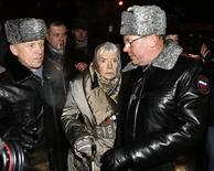<p>Милиция задержала главу Московской Хельсинкской группы Людмилу Алексееву во время оппозиционного митинга в центре Москвы 31 января 2010 года. Правозащитная организация Amnesty International призвала власти Москвы разрешить митинг оппозиции 31 января после того, как предыдущий митинг был разогнан милицией месяц назад. REUTERS/Sergei Karpukhin</p>