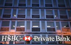 <p>Здание банка HSBC в Женеве 22 декабря 2009 года. Власти Германии на выходных спорили, соглашаться ли на предложение швейцарского информатора продать им за 2,5 миллиона евро конфиденциальные данные о 1.500 немецких вкладчиках, подозреваемых в уклонении от уплаты налогов. REUTERS/Valentin Flauraud</p>