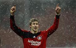 <p>Stefan Kiessling do Bayer Leverkusen comemora vitória contra o Freiburg durante jogo da liga alemã em Leverkusen. O Bayer Leverkusen conferiu três vezes em quatro minutos e assumiu o topo da tabela da liga alemã neste domingo. REUTERS/Ina Fassbender 31/01/2010</p>