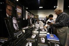 <p>Люди выбират книги в книжном магазине, Омаха, Небраска 2 мая 2009 года. В период экономической рецессии, когда американцы пытаются экономить на удовольствиях, они не могут себе отказать в одном - в покупке книг. REUTERS/Carlos Barria</p>