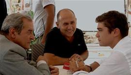 <p>Il regista Ferzan Ozpetek (al centro) sul set con Ennio Fantastichini (a sx) e Riccardo Scamarcio. REUTERS/Hand out</p>