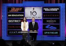 <p>L'annuncio delle nomination agli Oscar cone l'attrice Anne Hathaway (a sinistra) e il presidente dell'Academy of Motion Picture Arts and Sciences Tom Sherak . REUTERS/Danny Moloshok</p>