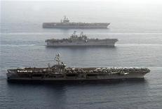 <p>Американские военные корабли входят в Персидский залив перед Ираном для демонстрации силы 22 мая 2007 года. Попытка США сбить баллистическую ракету, имитирующую атаку со стороны Ирана, потерпела неудачу в связи с техническим сбоем в работе радара, спроектированного компанией Raytheon Co, сообщило министерство обороны. REUTERS/U.S. Fifth Fleet/Handout</p>
