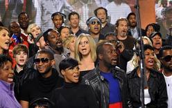 """<p>Actores y cantantes en una sesión de grabación de la canción de 1985 """"We Are The World"""" para recaudar dinero para los sobrevivientes del terremoto en Haití, en Hollywood, 1 feb 2010. Cantantes de programas de talentos, raperos y actores, incluidos Barbra Streisand, Kanye West y Miley Cyrus, dejaron sus egos en la puerta el lunes para grabar una nueva versión del tema """"We Are The World"""" para las víctimas del terremoto de Haití. La cita ocurrió 25 años después de que el tema tratara de generar conciencia sobre el hambre en Africa. Ninguno de los cantantes de la canción original fueron invitados a participar en la nueva versión, grabada en el mismo estudio de Hollywood, una vez más bajo la supervisión de Quincy Jones y del co-autor de la letra Lionel Richie. REUTERS/Kevin Mazur/WATW</p>"""