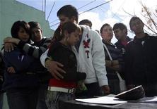 <p>Amigos y familiares lloran la muerte de un estudiante de 19 años que murió en una fiesta de cumpleaños, en Ciudad Juárez, 1 feb 2010. Senadores mexicanos pedirán explicaciones al Gobierno del presidente Felipe Calderón por una masacre de estudiantes el fin de semana en la norteña Ciudad Juárez, en medio de la creciente violencia relacionada con el narcotráfico en esa ciudad. Un grupo de hombres armados irrumpió la madrugada del domingo en una fiesta de cumpleaños en Ciudad Juárez, fronteriza con Estados Unidos, y mataron a 15 personas, la mayoría de ellos estudiantes, la más reciente masacre de la que es considerada una de las ciudades más violentas del mundo. REUTERS/Alejandro Bringas</p>