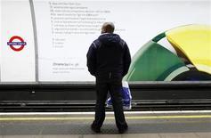 <p>Un hombre espera un tren frente de un afiche de Chrome de Google en una estación subterránea en Londres, 25 ene 2010. Google ha dado el inusual paso de utilizar anuncios en el mundo real para promocionar su navegador Chrome en Europa, antes de la aplicación de un cambio de regulación que facilitará que los usuarios cambien de navegador. Alejándose de su dependencia habitual del marketing boca a boca, Google ha lanzado una campaña en periódicos, vallas publicitarias y carteles en las estaciones de metro de Londres, París y Amsterdam. REUTERS/Luke MacGregor</p>