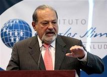 <p>Foto de archivo del multimillonario mexicano Carlos Slim durante una conferencia de prensa en Ciudad de México, ene 19 2010. El gigante mexicano de la telefonía celular América Móvil dijo el martes que sus ganancias del cuarto trimestre del 2009 cayeron un 17 por ciento, frente a las del mismo lapso del 2008, a 12,955 millones de pesos (989 millones de dólares). REUTERS/Henry Romero</p>