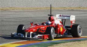 <p>Fernando Alonso da Fórmula 1 pilota seu carro durante teste na pista de Cheste, próximo à Valência. Milhares de torcedores espanhóis da Fórmula 1 se reuniram para assistir ao herói local e bicampeão mundial em sua estreia no teste pela Ferrari. REUTERS/Heino Kalis 03/02/2010</p>