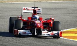 <p>Fernando Alonso oggi durante le prove sulla pista di Valencia. REUTERS/Heino Kalis</p>