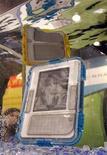<p>Foto de archivo de un grupo de lectores electrónicos Kindle de Amazon sumergidos en agua durante la feria de consumo electrónico de Las Vegas, EEUU, ene 8 2010. Disfrute de los libros electrónicos por 9,99 dólares ahora que puede, ya que pronto será cosa del pasado. El jefe de News Corporation, Rupert Murdoch, que regenta un imperio mediático que incluye los libros de HarperCollins, casa editorial de autores como Michael Crichton y Janet Evanovich, dejó en claro su displicencia con los bajos precios que Amazon.com ha fijado para los libros electrónicos. REUTERS/Steve Marcus</p>