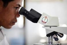<p>Un ricercatore osserva campioni di sangue REUTERS/Damir Sagolj</p>