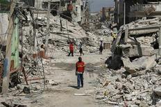 <p>Люди идут по разрушенным землетрясением улицам в центре Порт-о-Пренса 3 февраля 2010 года. В результате разрушительного землетрясения 12 января на Гаити погибло более 200.000 человек, сообщил в среду премьер-министр страны Жан-Макс Бельрив. REUTERS/Eduardo Munoz</p>