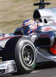 <p>Atual campeão mundial de Fórmula 1, Jenson Button, pilota seu carro em teste na pista de Cheste, próximo a Valência. Button fez sua estreia pela McLaren nesta quarta-feira, mas disse ainda ser cedo para dizer se é bom o bastante para trazer seu segundo título. REUTERS/Heino Kalis 03/02/2010</p>