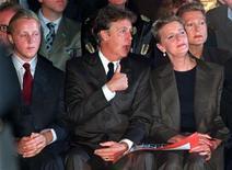 <p>Пол Маккартни сидит рядом с сыном Джеймсом (слева)и женой Линдой, 15 октября 1997 года. Сын бывшего участника The Beatles Пола Маккартни - Джеймс - впервые поедет в турне по Великобритании в конце февраля, сообщил в среду журнал NME. REUTERS/STR New</p>