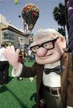 """<p>Personagem de Carl Fredrickson se apresenta na estreia do filme """"Up - Altas Aventuras"""" da Disney-Pixar em Hollywood, Califórnia. REUTERS/Fred Prouser 16/05/2009</p>"""