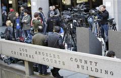 <p>Imprensa espera pelo médico Conrad Murray na saída do Tribunal Superior de Los Angeles, na quarta-feira. REUTERS/Mario Anzuoni</p>