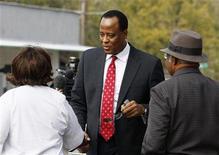 <p>O cardiologisat de Michael Jackson, Conrad Murray, cumprimenta apoiadores na Clínica Médica de Armstrong em Houston, no dia 23 de novembro. Advogados de Murray estão negociando sua rendição às autoridades de Los Angeles, em meio a rumores na imprensa de que ele poderia ser indiciado por homicídio culposo dentro de 24 horas. (Foto Arquivo Reuters) REUTERS/Richard Carson 23/11/2009</p>