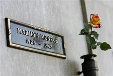 <p>La tomba di Marilyn Monroe REUTERS/Mario Anzuoni</p>