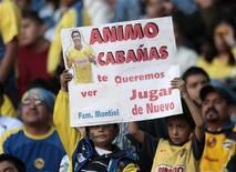 <p>Foto de arquivo de torcedores com cartaz em apoio ao jogador ferido. REUTERS/Henry Romero</p>