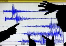 <p>Funzionari osservano il sismogramma di un terremoto, in una foto d'archivio. REUTERS/David Moir</p>