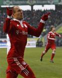 <p>O jogador Arjen Robben, do Bayern Munich, comemora seu gol contra o Wolfsburg, na cidade do mesmo nome, pela Bundesliga. REUTERS/Christian Charisius</p>