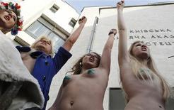 """<p>Devant un bureau de vote de Kiev, manifestation de militantes de Femen, un groupement féministe qui multiplie les actions coup de poing symboliques pour la """"défense des jeunes femmes"""" d'Ukraine. La température politique a dû suffisamment monter pour permettre à ces quatre jeunes femmes de montrer leur torse nu par un froid glacial pour protester contre la situation du pays. /Photo prise le 7 février 2010/REUTERS/Grigory Dukor</p>"""