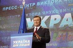 <p>Кандидат на пост президента Украины Виктор Янукович на брифинге в Киеве 7 февраля 2010 года. Лидер украинской оппозиции Виктор Янукович объявил себя победителем президентских выборов на основе экзит-поллов и предложил премьеру Юлии Тимошенко признать поражение и готовиться к отставке. Тимошенко не спешит сдаваться без боя. REUTERS/Grigory Dukor</p>