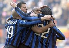 """<p>Игроки миланского """"Интера"""" радуются третьему голу, забитому в ворота """"Кальяри"""", 7 февраля 2010 года. Миланский """"Интер"""" обыграл """"Кальяри"""" 3-0, одержав пятую кряду победу в итальянской Серии А и сохранив отрыв от преследователей. REUTERS/Paolo Bona</p>"""