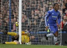 <p>Drogba comemora gol contra o Arsenal em Londres. Dois gols no primeiro tempo de Didier Drogba garantiram ao Chelsea a vitória por 2 x 0 sobre o Arsenal em Stamford Bridge neste domingo. Com o resultado, o time volta ao topo da tabela com dois pontos a mais do que o Manchester United.07/02/2010.REUTERS/ Eddie Keogh</p>