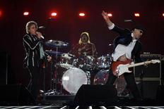 <p>Roger Daltrey (à esquerda) e Pete Townshend (à direita), da banda de rock britânica The Who durante performance no Super Bowl em Miami, na Flórida, 7 de fevereiro de 2010. REUTERS/Mike Segar</p>
