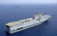 <p>Корабль Mistral французских ВМС у Ларнаки 23 июля 2006 года. Франция согласилась продать России многоцелевой корабль Mistral вопреки опасениям Грузии, США и других государств, сообщил представитель министерства обороны Франции. REUTERS/STR</p>